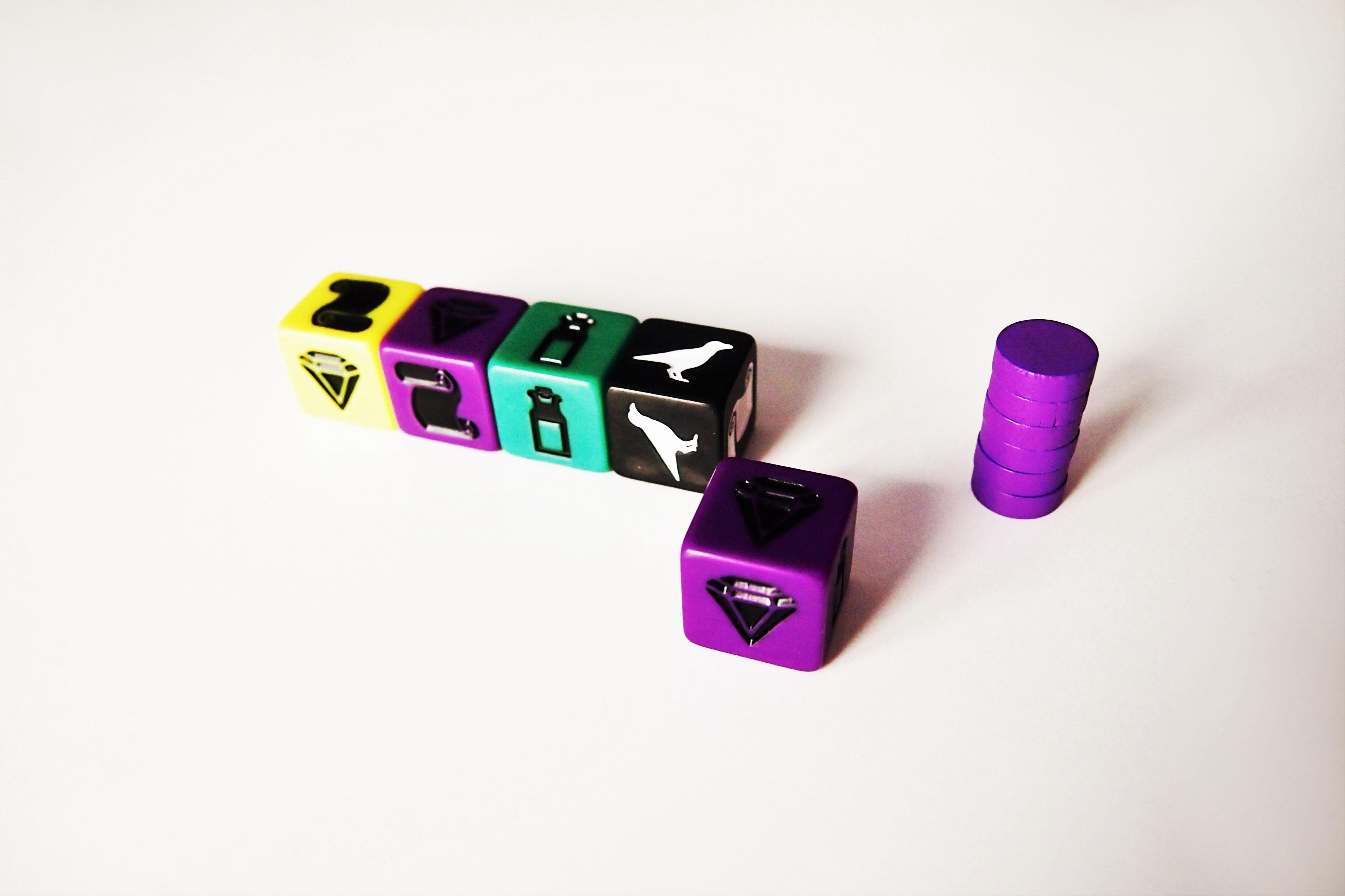 Cada jugador recibe sus fichas, un dado de cada color y otro del color que elija (no todos cuentan con el mismo número de símbolos de cada tipo).